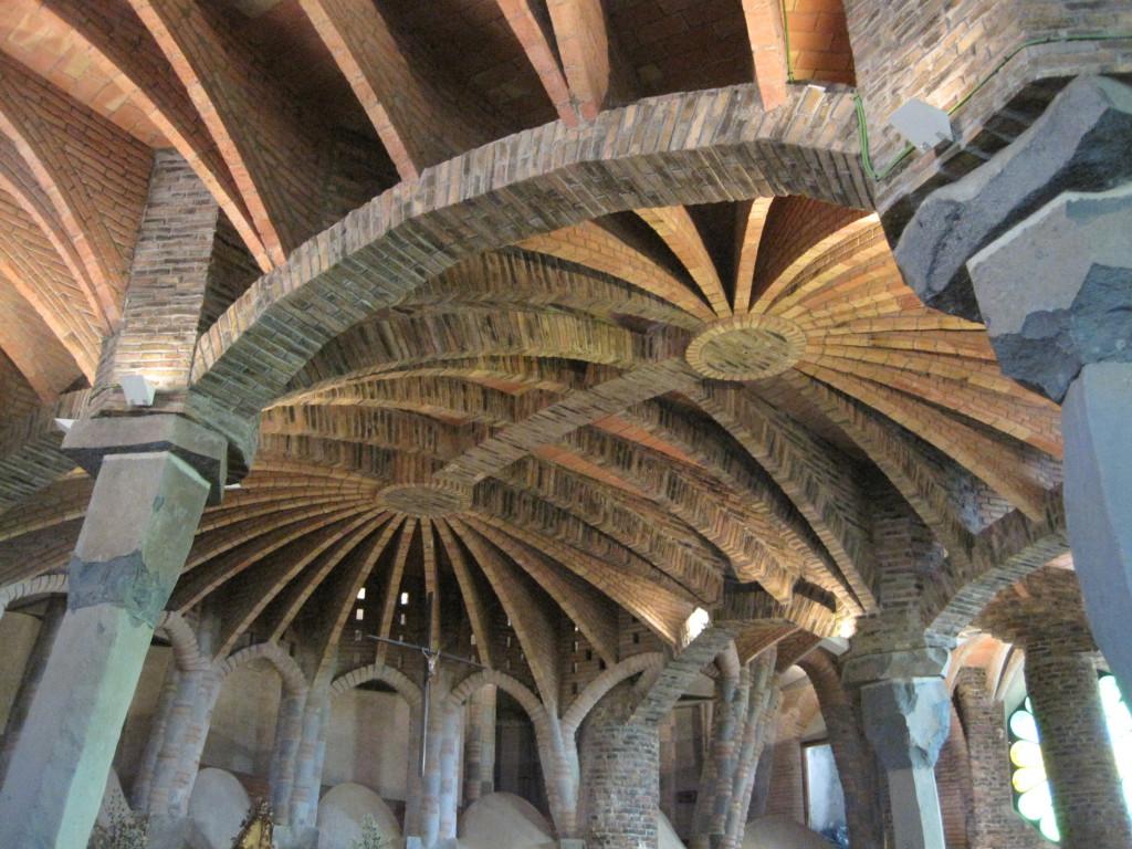 colonia güell interior cripta