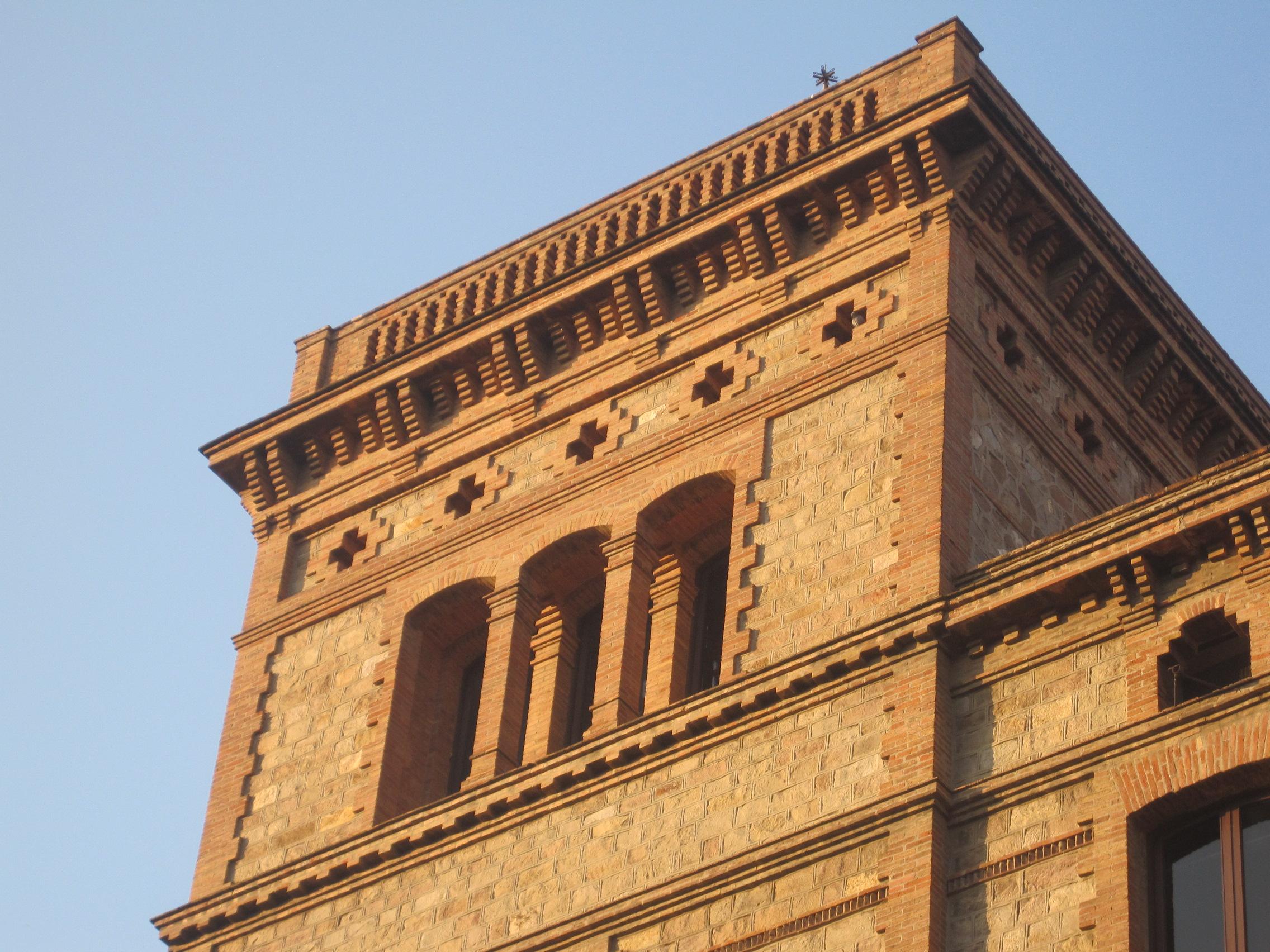 Edificio reloj can Batlló. Detalle ladrillo visto